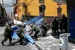 V rozbouřené Bolívii došel benzin a zdražuje jídlo. Exprezident slibuje návrat z exilu