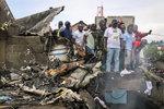 Letadlo spadlo na domy, 24 mrtvých. Záchranáři vytahují těla z trosek