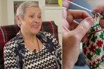Přilepšení k důchodu: Plete 30 párů za měsíc. Ponožky od babičky pomáhají bezdomovcům