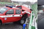 Děsivý náraz do hasičského vozu! Šokující video zachytilo smrtelně nebezpečnou nehodu na Karlovarsku