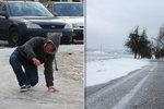 Chodníky a silnice budou klouzat, dorazí ledovka. Proč je horší než náledí?