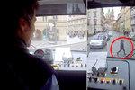 VIDEO: Tramvaják s dobrým srdcem! Zachránil uplakaného chlapečka, rodiče mu odjeli jinou tramvají