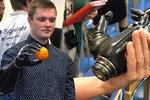 Jakub se narodil bez ruky, Jan mu vytvořil robotickou protézu. Pomáhají i další Češi