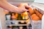 Ukládáte vajíčka do dveří lednice? Děláte velkou chybu!