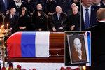 Putin utěšoval bohatou vdovu. U rakve vlivného Rusa, který vedl 18 let Moskvu