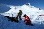 Lavina zabila horského vůdce i turistku. Snowboardista zemřel v nemocnici