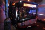 V Plzeňské se srazil autobus s autem: Nehoda komplikovala dopravu