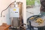 Specialita jen pro otrlé: Manželé vyrábějí pálenku se zvířecím trusem