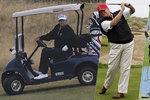 Donald, Barack a Rudolf? Trump strávil pětinu roku na golfu. Obamovi se dřív vysmíval