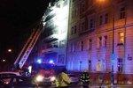 Noční požár vyhnal z bytů desítky lidí. Šest skončilo v péči lékařů, hasiči zachránili i kočky