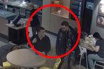 VIDEO: Nenápadní zloději z Letňan: Chlapíkovi vzali z bundy šrajtofli s 10 tisíci! Hledá je policie
