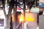 Pod autobusem se propadla zem, šest lidí zemřelo. Mladík zachránil dítě, ženu už ne