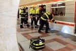 Muže, který zemřel pod koly metra, tam strčili, tvrdí svědci! Policie obvinila dvě osoby