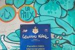 Turisté dál hyzdí Lennonovu zeď: Dělají to nevědomky? Na místě stále nejsou cedule se zákazem