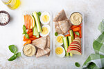 Jednou z výborných pomazánek plných bílkovin je i hummus z cizrny. Ten zakoupíte už v každém supermarketu, ale můžete si ho jednoduše připravit i doma.
