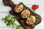 Avokádo je zdrojem zdravých tuků, které by ve vašem jídelníčku neměly chybět. Rozkrojte avokádo na půl a naplňte ho tuňákem ve vlastní šťávě smíchaným s cherry rajčátky.