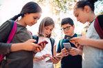 Hraní her dávno není hlavní zábavou dětí, které používají mobilní telefony