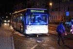 Autobus ve Kbelích srazil na přechodu ženu: Vážně zraněná skončila v nemocnici