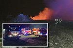Na Pardubicku hoří skládka: Obří požár hasí 14 jednotek hasičů, lidé v okolí nemají vycházet!