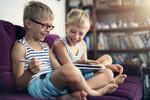 Matka šestiletých dvojčat: Kdy dám dětem telefon nebo tablet s klidným svědomím?