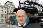 Centrum Prahy trápí nezodpovědní řidiči a cyklisté: Kromě nich začnou strážníci řešit i pivní kola