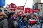 """Židle v čele protestu: Tisíce """"chvilkařů"""" se sešly na Staroměstském náměstí"""