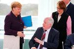 Merkelové nepodal ministr ruku. Neslušné? Kvůli koronaviru se mění etiketa pozdravů