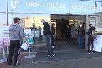 Úřad práce v Brně oblehly stovky nezaměstnaných: Mám pět dětí a potřebuji je živit