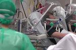 Šokující snímky z nemocnice: Pacientům s koronavirem nasazují podivné přilby!