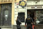 Pro oběd do okna: Pražské restaurace se v době koronavirové krize proměnily ve výdejny. Kam si zajít pro jídlo?