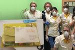 Změna u důchodů kvůli koronaviru: Pošťáci je přinesou seniorům domů, na pošty už nemusí