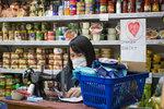 Mezi paštikami ve večerce na starém stroji šíjí roušky! Vietnamští prodejci z Černého mostu je rozdávají zdarma