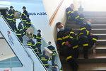 Hrdinové jedou na doraz: Hasiči po přeložení tun zdravotnického materiálu padli únavou na schodech