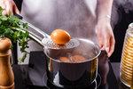Jak správně uvařit vejce natvrdo bez popraskání? Pozor na tyto chyby!