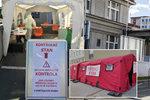 Pražské nemocnice přitvrdily: Do areálů lze projít už jen přes třídící stany