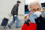Koronašmejdi útočí na seniory: Místo dezinfekce voda a rouška k nevýhodné smlouvě