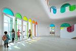 Školka jako duhový kaleidoskop! Zdobí ji 483 barevných panelů ze skla