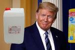 """Savo do žíly a ultrafialové světlo, radil Trump. """"Ignorujte ho,"""" volají zděšení doktoři"""