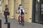 Šokující hazard se zdravím synka (4): Táta se hnal na kole Prahou, dítě mu vlálo na zádech! VIDEO