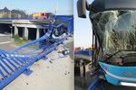 Autobus prorazil zábradlí a zůstal viset na Frýdlantských mostech: Šok a tisíce střepů!