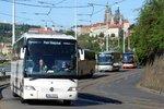 """50 autobusů projelo demonstrativně Prahou: """"Hrozí nám krach,"""" upozorňují dopravci. Havlíčkovi předali návrhy"""
