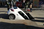 Kuriózní nehoda v Praze! Řidička skončila ve výkopu, autem se v díře zapíchla