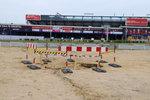 Před stadionem Sparty se propadla země. Půl metru hluboká díra vznikla nejspíš kvůli dešti