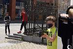 Děti pobíhaly v ulicích Ústí nad Labem se zbraněmi: Šlo o kontroverzní reklamu!