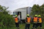 Kamion vylétl ze silnice a sejmul několik stromů! Řidič byl opilý