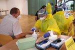 Koronavirus ONLINE: Karvinsko je krok od karantény. Petříček připustil proplácení testů