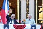 Zeman pálil na svátku USA. Zmínil blbečky, útok na nezávislost i rasistický slogan