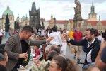 Obří stůl na Karlově mostě: Hodovaly tu, zpívaly a oslavovaly na dva tisíce lidí
