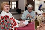 Osamocení senioři v domovech strádají. Uvidí své rodiny do Vánoc? V Praze zkouší novinku