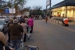Před obchody v Česku byly první fronty, řetězce omezují vozíky. A další zvrat s nedělí?
